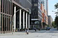 Hamburger Architektur - Büro und Geschäftsgebäude in der Bernhard Nocht Strasse. Veränderungen in Hamburg St. Pauli.