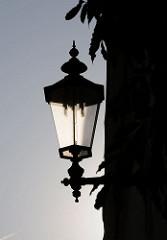 Historische Laterne in der Ulmenstrasse - Strassenbeleuchtung in HH-Winterhude.
