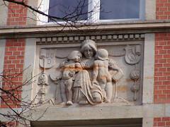Mutter mit Knaben - Dekorelement Schule Hegestieg - Hamburg Eppendorf, Bezirk Hamburg-Nord.