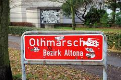 rotes Stadtteilschild mit weisser Schrift - Othmarschen Bezirk Altona.