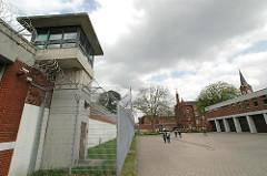 Wachturm Drahtzaun mit Stacheldraht - Innenhof Fuhlsbüttler Gefängnis Hamburger Strafvollzug.