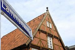 Geschichte Harburgs, Strassenschild der Laemmertwiete - Fachwerkgiebel.