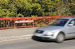 Ein Auto überquert in Mellingbekbruecke.