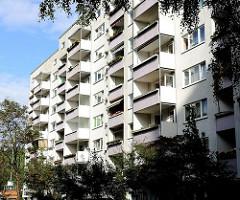 Balkons in der Sonne - Fassade eines mehrstöckigen Wohngebäudes im Stadtteil Neugraben Fischbek.