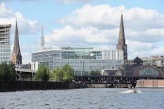 Stadtteil Hamburg Altstadt - Blick vom Oberhafenkanal zum Deichtorcenter - Kirchtürm St. Petri + St. Jacobi - Oberhafenbrücke - Deichtorhallen.