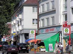 Bushaltestelle und Geschäfte; Fuhlsbüttler Strasse Hamburg Barmbek.