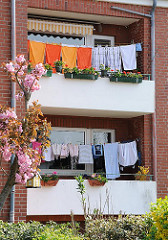 Grosse Wäsche im Mietshaus - Wäsche trocknen auf dem Balkon. Mehrfamilienhaus in Hamburg Cranz - Bezirk Hamburg Harburg.