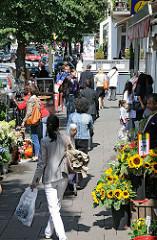 Einkaufen in Hamburg Winterhude - Geschäfte am Mühlenkamp - Blumengeschäft mit Sonnenblumen.