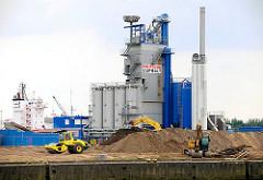 Baustelle am Petersenkai im Hamburger Baakenhafen - Industriearchitektur; im Hintergrund die Aufbauten eines Frachters auf der Norderelbe / Kirchenpauerkai.