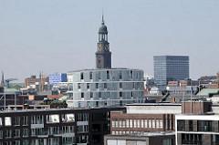 Moderne Neubauten der Hamburger Hafencity - Kirchturm des Michels im Hintergrund.