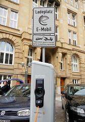 Schild Ladeplatz E-Mobil - widerrechtlich geparkte Fahrzeuge werden kostenpflichtig abgeschleppt. Elektrotankstelle Alter Wall - Hamburg Altstadt.