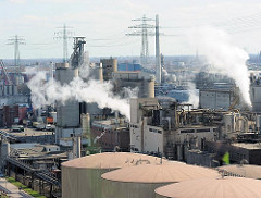 Blick über Öltanks und Anlagen zur Ölverarbeitung in Hamburg Wilhelmsburg.