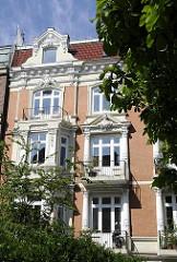 Gründerzeit Ornamente - Fensterdekor mit Giebelschmuck und Säulen. Eppendorfer Landstrasse.