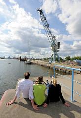 Bungee-Springen am Versmannkai im Hamburger Baakenhafen von einem Hafenkran.