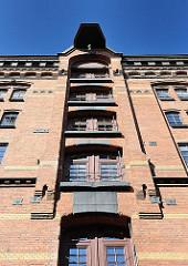 Blick auf die Front eines der Speichergebäude in der Hamburger Speicherstadt; Türen zu den verschiedenen Böden - Winde unter dem Dach; Fotos aus dem Hamburger Stadtteil HAFENCITY.