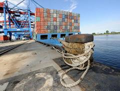 Poller, vertäutes Frachtschiff am Kai des Hamburger Hafens