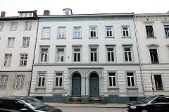 Klassizistische Hausfassade - Wohnhaus in der Klopstockstrasse - Fotos aus Hamburg Ottensen.