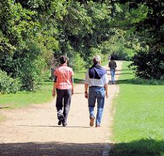 Bilder aus Hamburger Grünanlagen und Naherholungsgebiete - Spaziergänger im Entenwerder Elbpark von Hamburg Rothenburgsort.