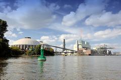 Kraftwerk Hamburg Moorburg an der Süderelbe - Kohlekraftwerk, Industriearchitektur - grüne Fahrwassertonne.