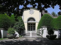 Häuser an Hamburgs Elbchaussee - exclusives Wohnen in Hamburg - feine Adressen in der Hansestadt.