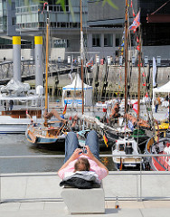 historische Boote im Hamburger Traditionsschiffhafen, dem Sandtorhafen in der Hafencity.