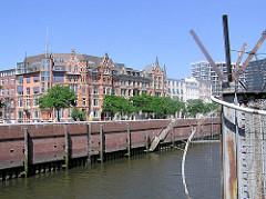 Zollzaun am Zollkanal in der Hamburger Speicherstadt / Hafencity. Auf der anderen Seite des Zollkanals das historische Gebäude des Zippelhauses.