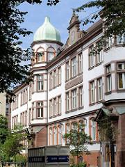 Ehem. Volksschule in Hamburg St. Georg, erbaut 1902 - historische Architektur in der Hansestadt Hamburg.