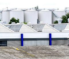 Dächer und Tanks im Industriegebiet von Hamburg Wilhelmsburg. Fotografien aus den Hamburger Stadtteilen.