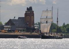 Lotsengebäude am Ufer der Elbe in Hamburg Seemannshöft.
