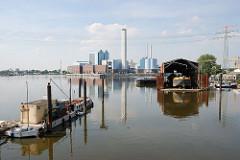 Werft / Ponton Holzhafen - Kraftwerk Tiefstack Wasserstpiegelung