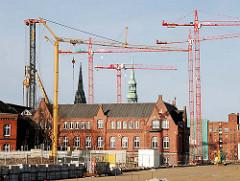 Baukräne in der Hafencity Hamburg - ehem. Gebäude der Behörde Amt für Strom und Hafenbau (2008).