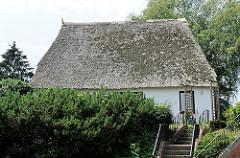 Reetdachkate im Hamburger Stadtteil Rönneburg - altes Haus mit Reet gedeckt.
