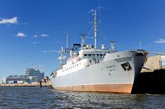Das Schiff Stubnitz am Kirchenpauerkai in der Hamburger Hafencity - die Stubnitz ist ein ehem. Kühlschiff der DDR Hochsee-Fischfangflotte und wird seit 1992 als soziokulturelles Veranstaltungsschiff genutzt.