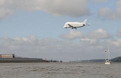 Beluga Flugzeug über der Elbe - Landeanflug auf den Flughafen.