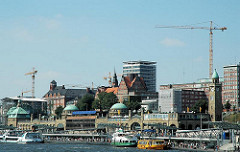St. Pauli Landungsbrücken - Hafenfähren und Ausflugsdampfer am Anleger - ehem. Navigationsschule und Tropeninstitut - Verwaltungsgebäuder der Astra-Brauerei (2005)