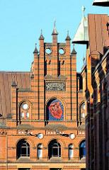 Giebel des Speichergebäudes H, Wappen und Baujahr 1888 - Architektur der Neogotik - Hamburger Speicherstadt.