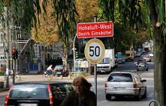Stadtteilschild, rot mit weisser Schrift Hoheluft West Bezirk Eimsbüttel.