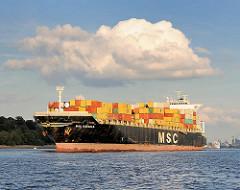 Das Containerschiff MSC Rafaela auf der Elbe - der 1996 gebaute Frachter hat ein Länge von 244m und eine Tragfähigkeit von 51210 t. / 3300 Standartcontainer TEU.