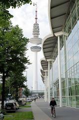 Dächer der Hamburger Messehallen - im Hintergrund der Fernsehturm, der im Volksmund Telemichel genannt wird.