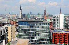 Luftaufnahme - Blick über die Dächer der Hamburger Hafencity - Kirchtürme der Hansestadt Hamburg.