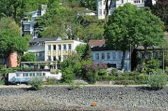 Blick von der Elbe nach Hamburg Oevelgönne - historische Architektur Hamburgs.