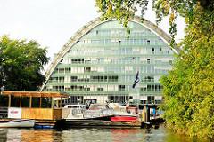 Sportboothafen in Hamburg Hammerbrook - Motorboote liegen am Ufer des Hochwasserbassins.