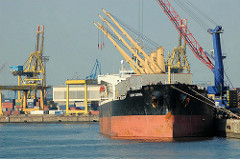 Frachtschiff am Rosskai im Hamburger Hafen - im Hintergrund der Ellerholzhafen und Containerkräne am Kaiser-Wilhelm-Hafen.