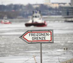 Schild Freizonengrenze am Köhlbrand in Hamburg Steinwerder / Neuhof - Schlepper auf de Elbe.