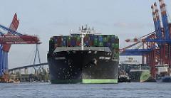 Das Containerschiff HATSU COURAGE legt am Terminal Burchardkai an.