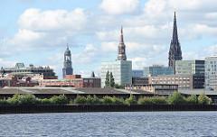 Bürogebäude - Wohnhäuser, Panorama der Hafencity - Oberhafenkanal - Kirchtürme der Hansestadt Hamburg - St. Michaeliskirche, St. Katharinenkirche Mahnmal St. Nikolaikirche.