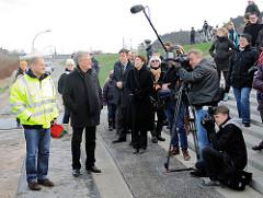 Hamburgs Bürgermeister Olaf Scholz und IBA Geschäftsführer Uli Hellweg bei der Veranstaltung zum Abriss des Zollzauns am Spreehafen in Hamburg Wilhelmsburg.