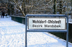 Stadtteilschild Wohldorf-Ohlstedt, Bezirk Wandsbek im Schnee an der Alster.