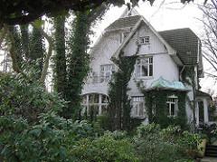 Wohnhaus am Lokstedter Steindamm. Einzelhaus im Grünen, Efeu an der Hausfassade.