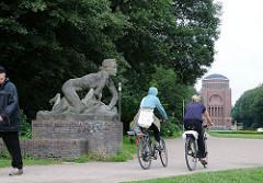 Skulptur an der Grossen Festwiese - Kunst im Hamburger Stadtpark. Bildhauer Georg Kolbe 1927